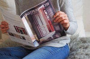 Kvinna läser Konstperspektiv i soffan