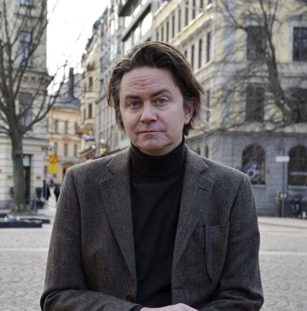 Chefredaktör Nis Forsberg poserar
