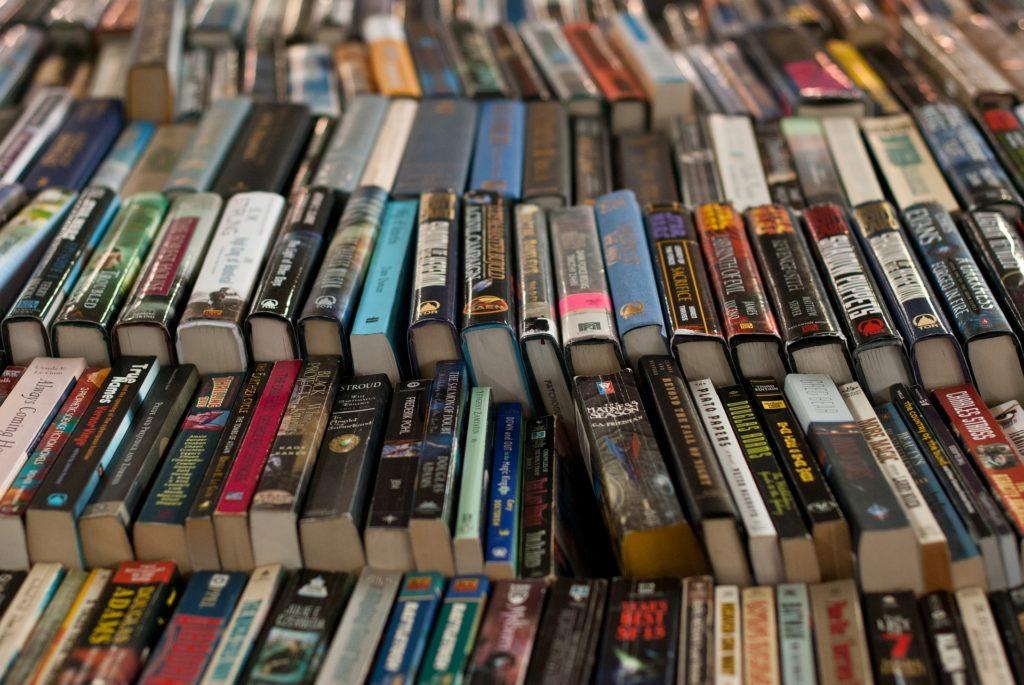 Böcker irad med ryggen upp