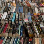 Böcker i rad med ryggen upp