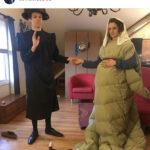 Utklädd man och kvinna i gammeldags kläderkläder